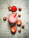 草莓圆滑的人用牛奶和坚果 免版税图库摄影