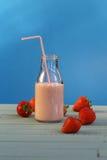 草莓圆滑的人 图库摄影