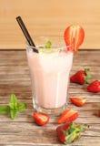 草莓圆滑的人 免版税库存图片