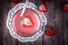 草莓圆滑的人 免版税库存照片