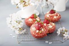 草莓在一个冷却的机架的脆饼油炸圈饼 库存照片