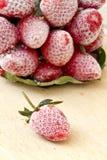 草莓在一个木地板安置的结冰的草莓 免版税图库摄影