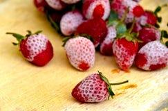 草莓在一个木地板安置的结冰的草莓 库存图片
