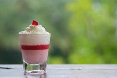 草莓在一块小玻璃的奶油甜点蛋糕 库存图片