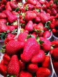 草莓在农夫市场上 免版税图库摄影