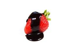 草莓在巧克力涮制菜肴浸洗了 库存图片