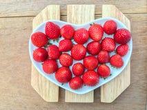 草莓在心脏 免版税库存图片