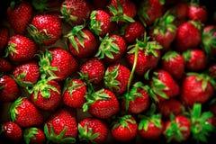 草莓在木箱堆 库存照片