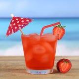 草莓在海滩的鸡尾酒饮料和海在夏天 库存图片