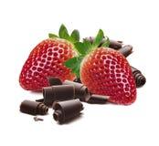 草莓在白色隔绝的巧克力削片 图库摄影