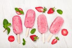 草莓在轻的背景的popslice冰淇凌 库存照片