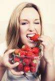 草莓妇女年轻人 库存照片