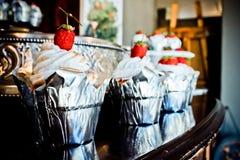 草莓婚礼杯形蛋糕 库存照片