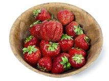 草莓成熟莓果在一个木碗的在白色背景 免版税图库摄影