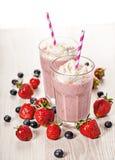 草莓新奶昔夏天饮料 免版税库存图片