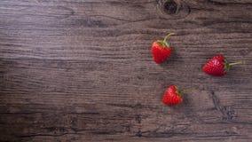 草莓有木纹理背景和空间措辞的 免版税库存图片