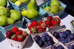 草莓李子和梨在篮子 免版税库存照片