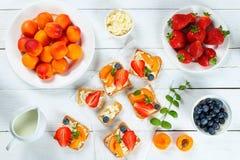 草莓杏子蓝莓油炸马铃薯片开放多士 库存照片
