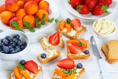 草莓杏子蓝莓油炸马铃薯片开放多士 免版税库存照片