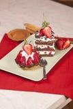 草莓果子馅饼和巧克力草莓在板材结块 免版税库存图片