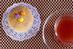 草莓汁和杯形蛋糕 免版税图库摄影