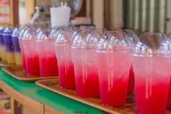 草莓汁用在塑料杯子的苏打软饮料 库存图片