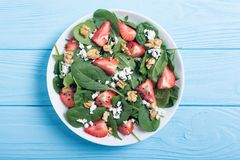 草莓沙拉用菠菜乳酪和核桃 健康的食物 免版税库存图片