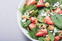 草莓沙拉用菠菜乳酪和核桃 健康的食物 库存图片