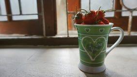 草莓爱杯子 库存照片