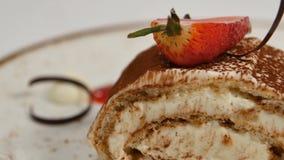 草莓片断在白色打好的香草奶油的 关闭切草莓 关闭草莓绉纱蛋糕切片 图库摄影