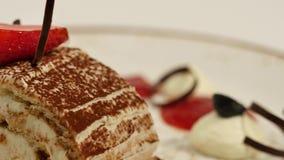 草莓片断在白色打好的香草奶油的 关闭切草莓 关闭草莓绉纱蛋糕切片 股票录像