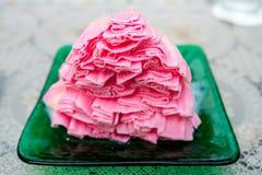 草莓牛奶被刮的冰看起来象在绿色盘的雪 免版税图库摄影