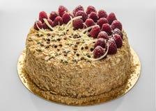 草莓生日蛋糕 用星号、莓白色巧克力莓果和削片装饰的蛋糕  免版税图库摄影
