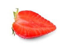 草莓用一片绿色叶子切成了两半 明亮的红色,水多,鲜美和新鲜的莓果,在白色背景 免版税库存照片