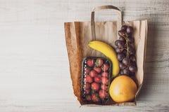 草莓用在水平一个的纸袋里面的另外果子 免版税库存图片