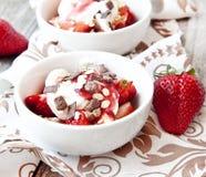 草莓用奶油色点心 图库摄影