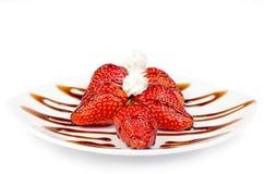 草莓用巧克力和奶油 免版税库存照片