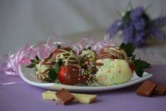 草莓用棕色和白色巧克力 免版税库存图片