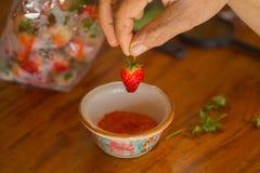 草莓用糖、辣椒和盐 图库摄影