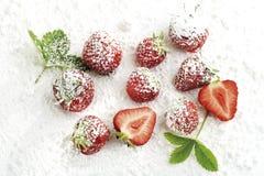 草莓用糖粉,特写镜头 免版税图库摄影