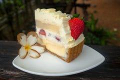 草莓白色乳酪蛋糕 免版税库存照片