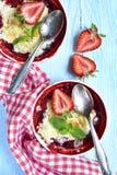 草莓碎屑用杏仁 顶视图 库存图片