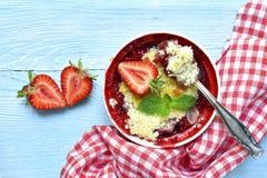 草莓碎屑用杏仁 顶视图 库存照片