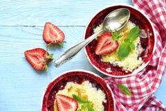 草莓碎屑用杏仁 顶视图 免版税库存照片