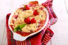 草莓碎屑蛋糕 免版税库存图片