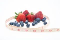 草莓蓝莓和测量的磁带 库存图片