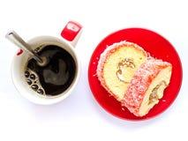 草莓薯类卷和无奶咖啡 库存图片