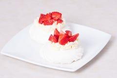草莓蛋白甜饼点心帕夫洛娃 免版税库存照片