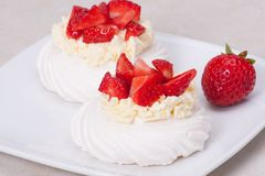 草莓蛋白甜饼点心帕夫洛娃 库存照片