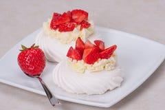 草莓蛋白甜饼点心帕夫洛娃 库存图片